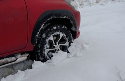 Roue de la voiture coincée dans la neige profonde détaillée Images stock