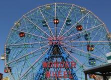 Roue de merveille au parc d'attractions de Coney Island Photos stock