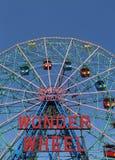 Roue de merveille au parc d'attractions de Coney Island Image stock