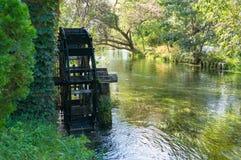 Roue de moulin à eau sur la rivière Photographie stock