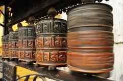 Roue de prière bouddhiste de rotation brouillée dans le mouvement Photographie stock