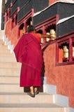 Roue de prière tournante de moine bouddhiste. Photos libres de droits