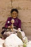 Roue de prière de fixation de femme âgée Images stock
