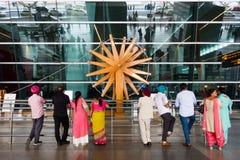 Roue de rotation en bois de charkha à l'aéroport international de New Delhi photographie stock