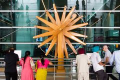 Roue de rotation en bois de charkha à l'aéroport international de New Delhi Photos stock