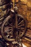 Roue de rotation sur le vieux grenier photographie stock libre de droits