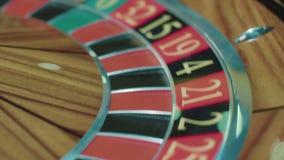 Roue de roulette de casino avec la boule blanche sur le secteur noir dix Concept de jeu banque de vidéos