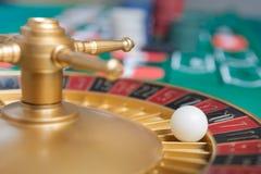 roue de roulette de casino avec la boule sur le numéro 7 images stock
