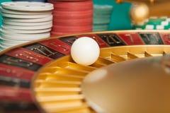 roue de roulette de casino avec la boule sur le numéro 5 image libre de droits