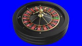 Roue de roulette de casino d'isolement sur le fond bleu banque de vidéos