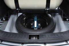 Roue de secours dans le tronc de voiture Photographie stock libre de droits