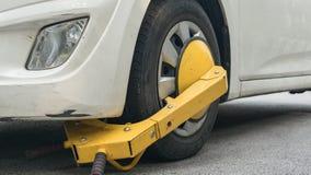 Roue de voiture bloquée par le blocage de roue parce que violation illégale de stationnement photo libre de droits
