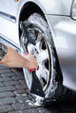 Roue de voiture de nettoyage de main Image libre de droits