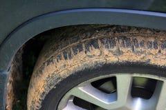 Roue de voiture durcie en plan rapproché rouge de saleté Photographie stock