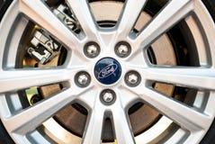Roue de voiture, jante d'une nouvelle voiture de Ford image libre de droits
