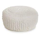 Roue du plan rapproché frais traditionnel de fromage blanc d'isolement sur un fond blanc Photos libres de droits