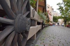 Roue en bois des chariots sur la barrière image libre de droits