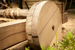 Roue en bois historique de catapulte image stock