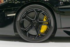 Roue et amortisseur de voiture de sport de bourdonnement dans l'événement de salon automobile Images libres de droits