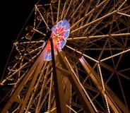 Roue féerique de Feris au parc d'attractions la nuit Image libre de droits