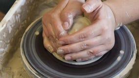 Roue faite main d'argile d'artisan de métier d'atelier de poterie banque de vidéos