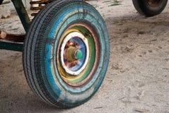 Roue multicolore de remorque, pneu de pneu en caoutchouc, ressort, tracteur de remorque Photos stock