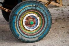 Roue multicolore de remorque, pneu de pneu en caoutchouc, ressort, tracteur de remorque Images stock