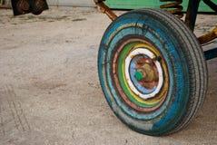 Roue multicolore de remorque, pneu de pneu en caoutchouc, ressort, tracteur de remorque Photographie stock libre de droits