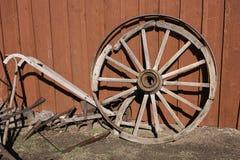 Roue, outils et charrue de chariot Images stock
