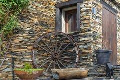 Roue se reposant sur le mur en pierre Images libres de droits