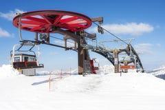 Roue supérieure de montagne d'hiver de neige d'ascenseur de chaise Images libres de droits