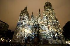 Rouen - domkyrkan på natten arkivfoto