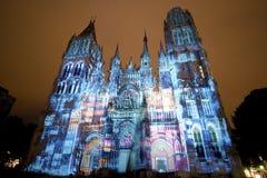 Rouen - domkyrkan på natten royaltyfria foton