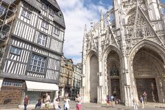 Rouen, França - 15 de agosto de 2018: Os turistas andam no quadrado perto da igreja de Saint Maclou Rouen france imagens de stock