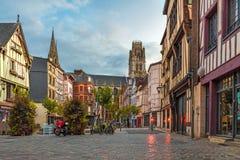 Rouen, Frankreich Place du Leutnant-Aubert mit famos alten Normandie-Gebäuden lizenzfreie stockfotografie