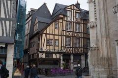 Rouen Gamla och vippade på hus på Rue Eau de Robec på en regnig dag Ruen Eau-de-Robec är en av de huvudsakliga turist- gatorna av royaltyfria bilder