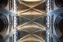 Rouen-Heiliges Cathedrale-Innenraum mit Sonnenlichtern stockfotos