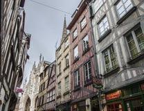 Rouen Normandie, Frankrike - traditionella hus och domkyrkan Royaltyfri Foto