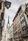 Rouen Normandie - traditionella hus och domkyrkan Arkivfoton