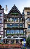 Rouen Normandy 4 de maio de 2013: O restaurante bonito da madeira irradiou a arquitetura em Rouen foto de stock