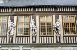 Rouen - yttersida av det forntida huset Arkivfoton