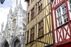 Rouen - yttersida av forntida hus och kyrkan arkivfoto