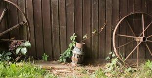 Roues, bois et lampe photographie stock