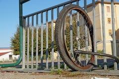 Roues démontées sans vélo fixé à une porte de ville Photo libre de droits