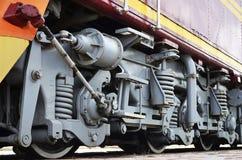 Roues d'une locomotive moderne russe, vue de côté Concept d'industrie de transport Roues et mécanisme lourds sous l'électr. Photo libre de droits