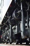Roues d'une locomotive moderne russe, vue de côté Concept d'industrie de transport Roues et mécanisme lourds sous l'électr. Photos stock