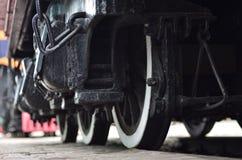 Roues d'une locomotive moderne russe, vue de côté Concept d'industrie de transport Roues et mécanisme lourds sous l'électr. Image libre de droits