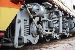 Roues d'une locomotive moderne russe, vue de côté Concept d'industrie de transport Roues et mécanisme lourds sous l'électr. Photographie stock libre de droits