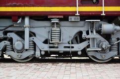 Roues d'une locomotive moderne russe, vue de côté Concept d'industrie de transport Roues et mécanisme lourds sous l'électr. Photos libres de droits