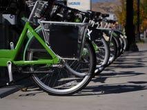 Roues de location de vélo de centre urbain photographie stock libre de droits